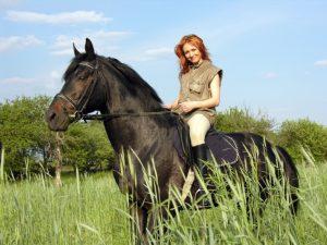 Woman-riding-a-horse-733x550